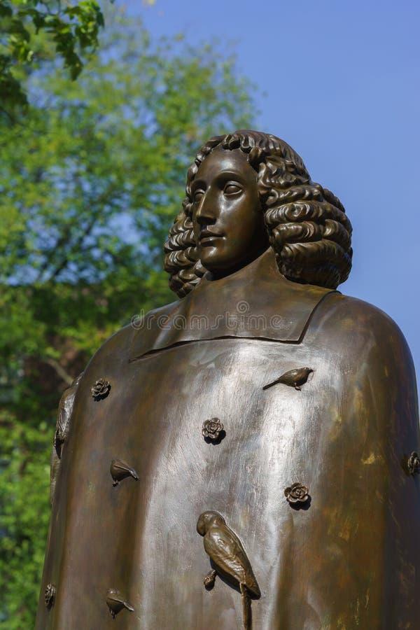 Estátua de Baruch Spinoza em Amsterdão fotos de stock
