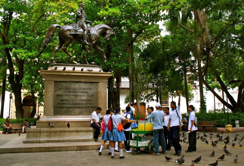 Estátua de Bolivar com estudantes colombianos imagem de stock