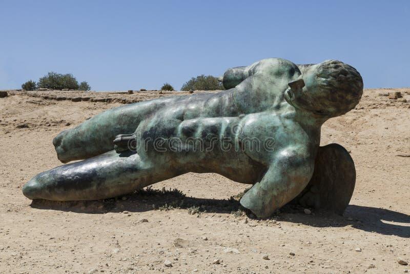Estátua de bronze de Ícaro por Igor Mitoraj Vale dos templos Agrigento, Sicília, Itália imagens de stock royalty free