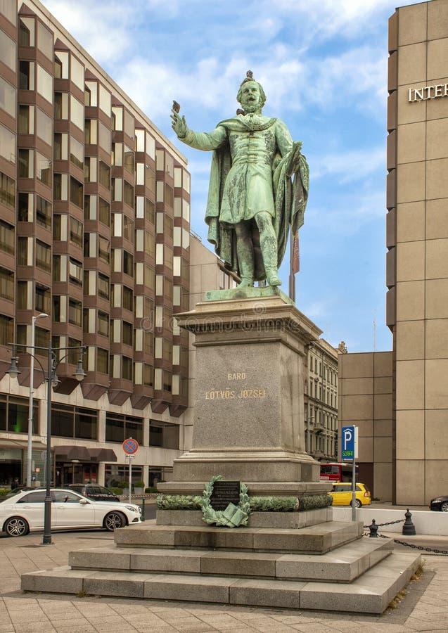 Estátua de bronze de Baron Jozsef Eotvos por Huszar Adolf em 1879, Budapest, Hungria foto de stock royalty free
