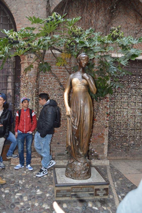 Estátua de bronze bonita de Juliet In Verona fotos de stock royalty free