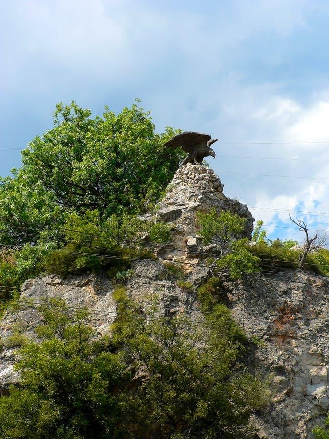 Estátua de bronze da águia sobre a montanha na floresta imagens de stock