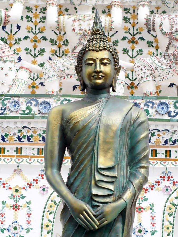 Estátua de bronze da BUDA na frente dos detalhes do ornamento da decoração de stupa histórico famoso do buddhism em WAT ARUN foto de stock royalty free