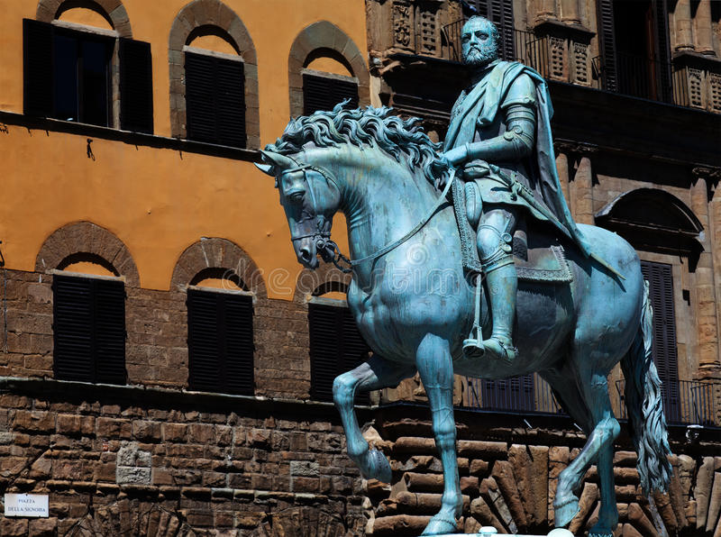 A estátua de bronze de Cosimo mim de Medici fotos de stock