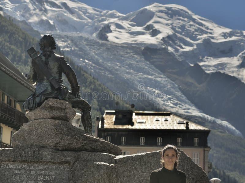 Estátua de bronze de Michel Gabriel Paccard e do turista em Chamonix imagem de stock