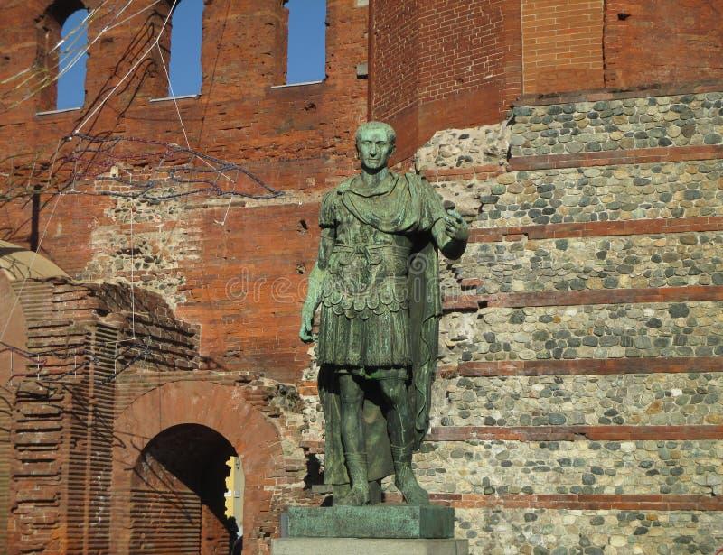 Estátua de bronze de Roman Emperor Augustus antigo na porta de Palatine, Turin foto de stock royalty free