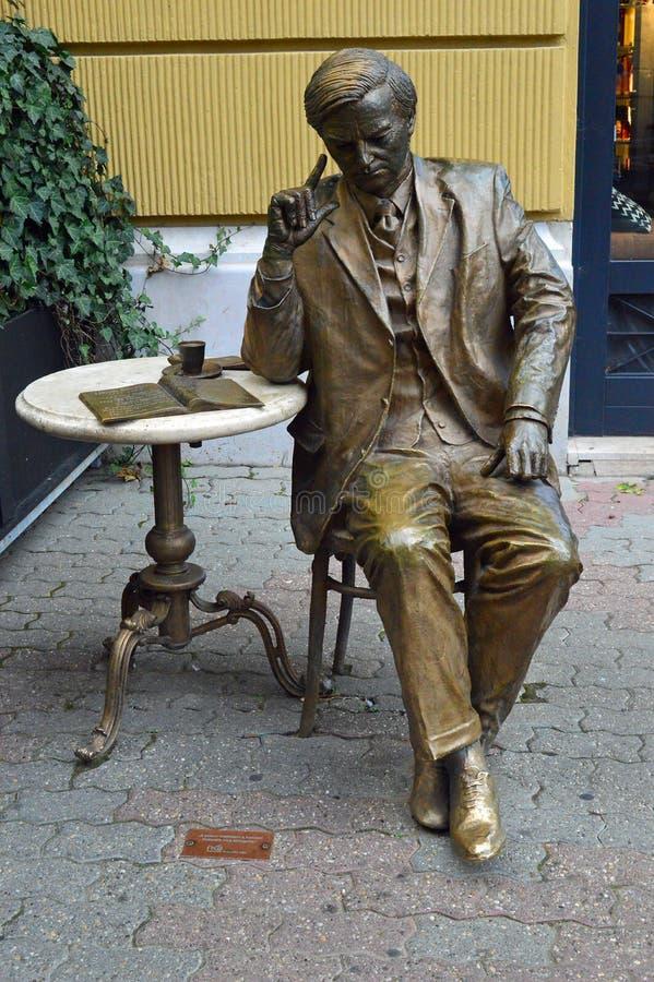 Estátua de bronze do café bebendo do homem na tabela do café, CPE Hungria imagem de stock