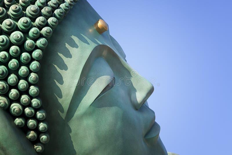 A estátua de bronze do estado de reclinação da Buda no templo de Nanzoin em Sasaguri, Fukuoka, Japão Esta é a estátua de encontro foto de stock