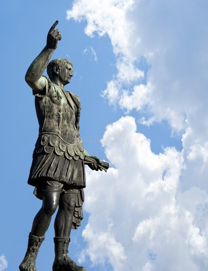 Estátua de bronze do imperador Caesar Augustus imagens de stock royalty free