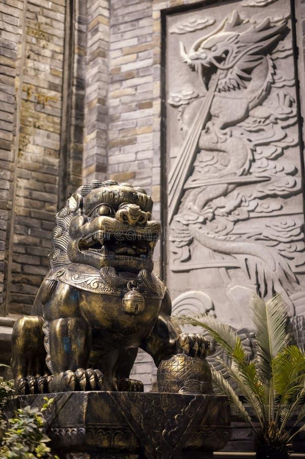 Estátua de bronze do leão na noite em China imagens de stock