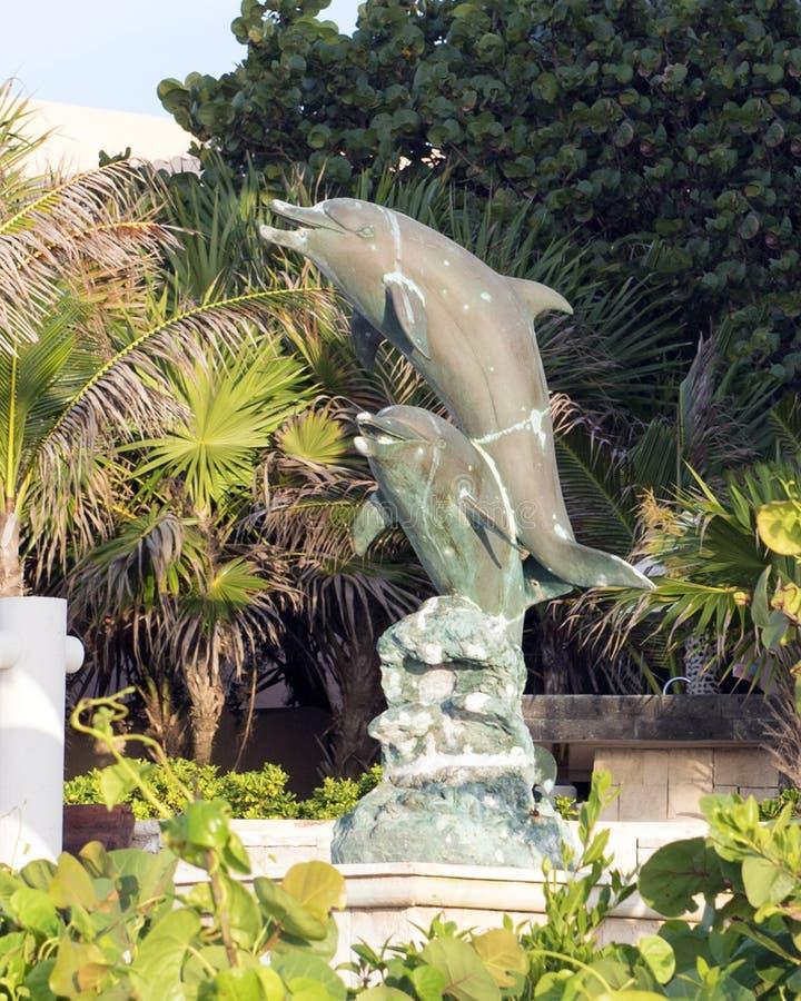 Estátua de bronze de dois golfinhos fotografia de stock