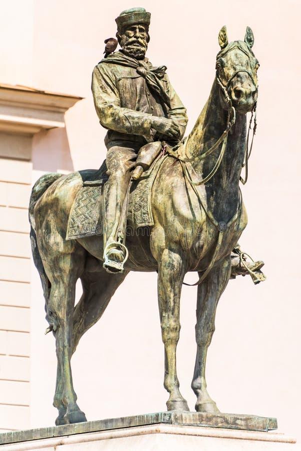 A estátua de bronze de Giuseppe Garibaldi no cavalo, Genoa Piazza de Ferrari, no centro de Genoa, Liguria, Itália [t foto de stock royalty free