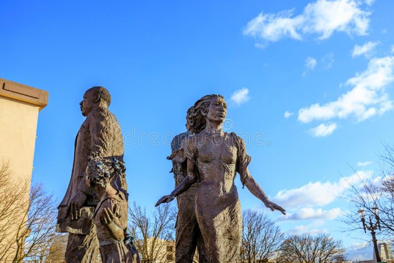 A estátua de bronze ideal na frente de Oregon Convention Center, fotografia de stock royalty free