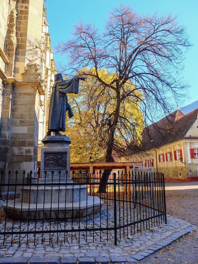 A estátua de bronze de Johannes Hunteros é colocada na igreja preta em Brasov, Romênia, Europa foto de stock