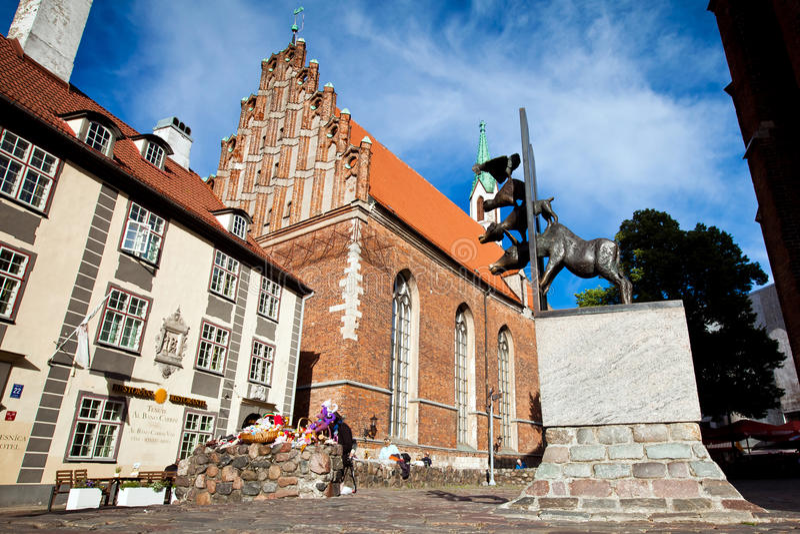 Estátua de bronze para os músicos da cidade de Brema situados em Riga, Letónia foto de stock