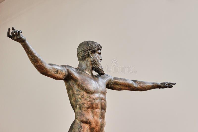 Estátua de bronze de Poseidon em um museu fotografia de stock royalty free
