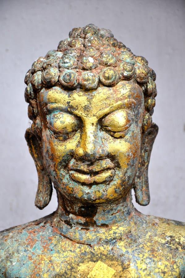 Estátua de bronze resistida da cabeça de buddha imagem de stock