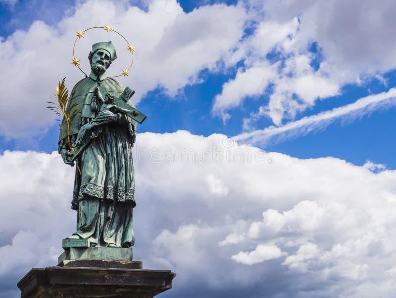 Estátua de bronze de St John de Nepomuk, Charles Bridge, Praga, República Checa imagem de stock