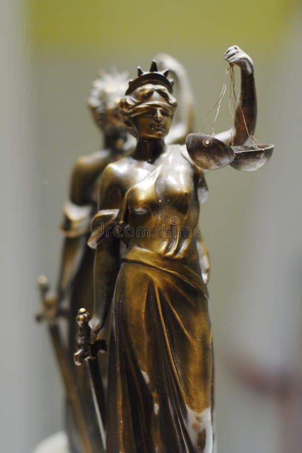Estátua de bronze velha de justiça imagens de stock