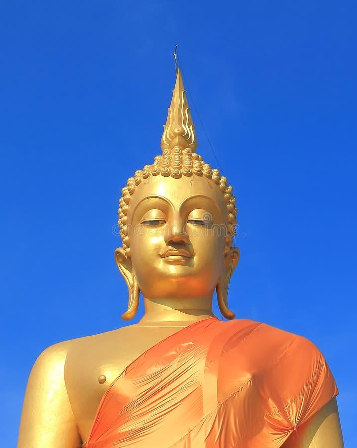 Estátua de Buddha com um céu azul fotografia de stock royalty free