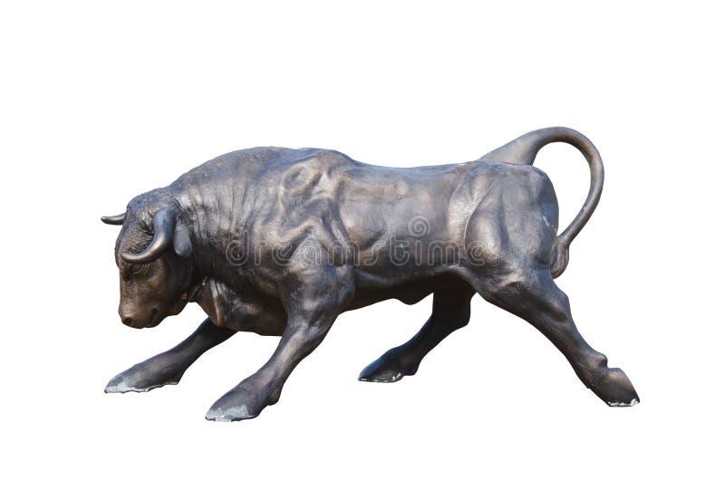 Estátua de carregamento do touro isolada no branco imagem de stock