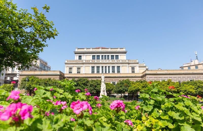 Estátua de Charilaos Trikoupis na frente do parlamento velho, Atenas, Grécia A natureza cerca a escultura branca C?u azul foto de stock royalty free