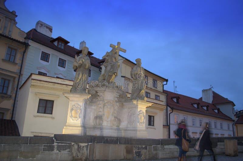 Estátua de Charles Bridge Christ na noite fotos de stock