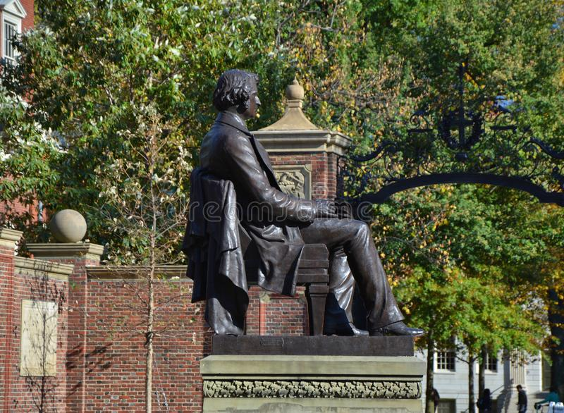Estátua de Charles Sumner na frente da Universidade de Harvard imagens de stock royalty free