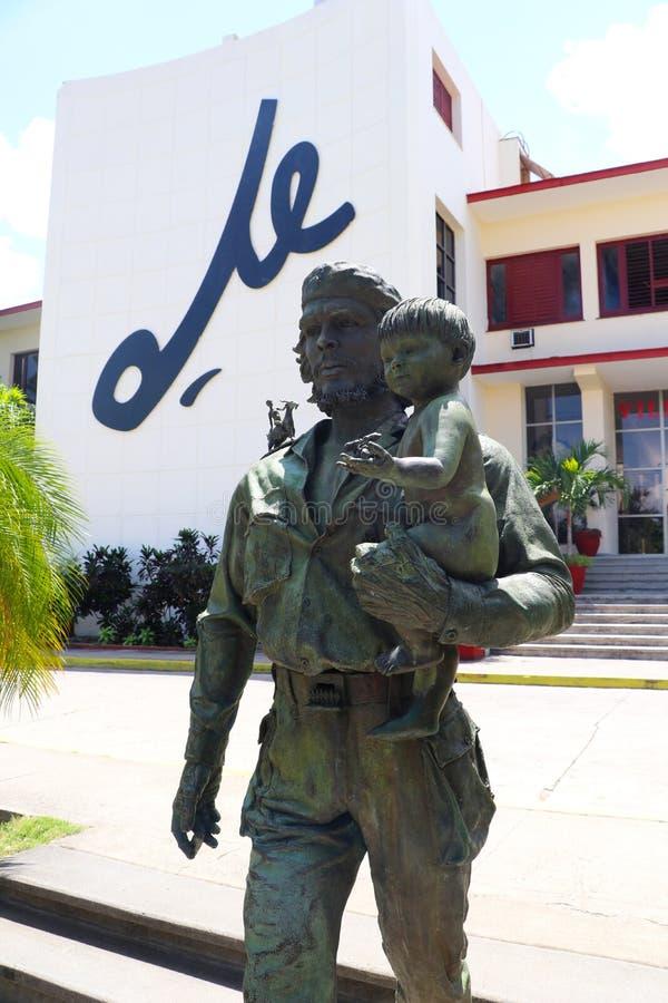 Est?tua de Che Guevara com crian?a e o Che de escrita no fundo em Santa Clara, Cuba fotografia de stock