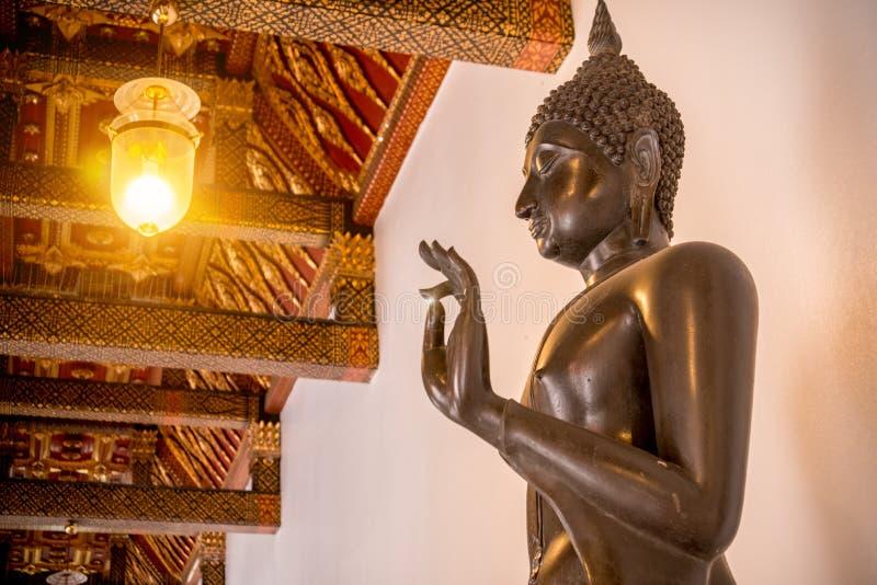Estátua de cobre da Buda na igreja do budismo no templo de Wat Benchamabophit imagem de stock