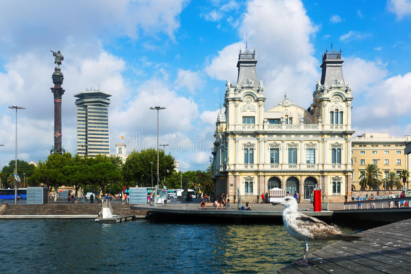 Estátua de Columbo e porto de Barcelona imagem de stock