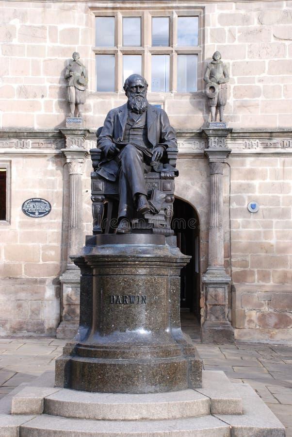 Estátua de Darwin fora de sua velha escola imagens de stock royalty free