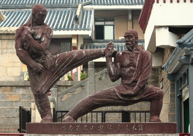 Estátua de dois lutadores perto de Shaolin Temple imagem de stock