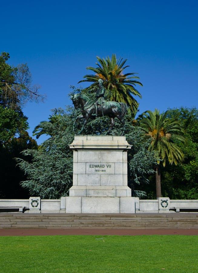 Estátua de Edward VII com árvores e fundo do céu azul fotografia de stock