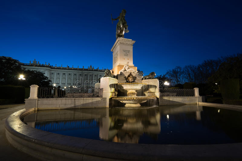 Estátua de Felipe 4 na noite fotos de stock royalty free