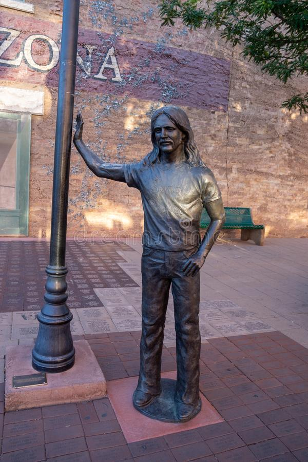 Estátua de Glenn Frey de Eagles - estando no canto em Winslow Arizona fotos de stock royalty free