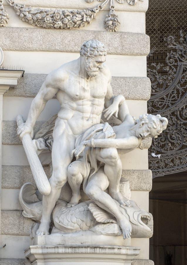 Estátua de Hercules que rouba a correia de Hipólito na entrada ao Michaelertrakt, palácio de Michaelerplatz de Hofburg, Viena fotos de stock royalty free