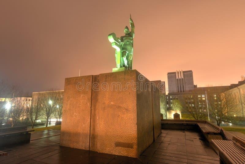 Estátua de Ingolf Arnarson, Reykjavik, Islândia imagem de stock