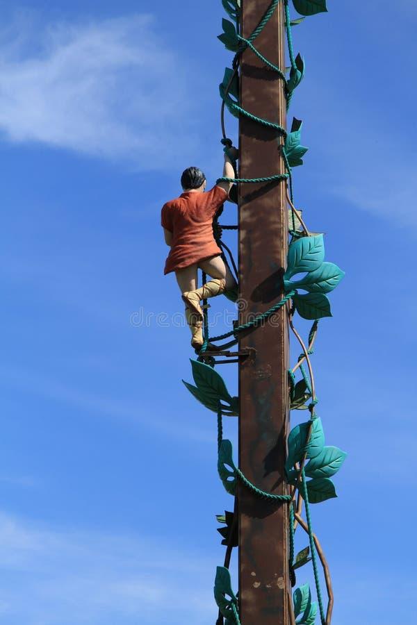 Estátua de Jack e de sua haste de feijão com fundo do céu azul imagens de stock