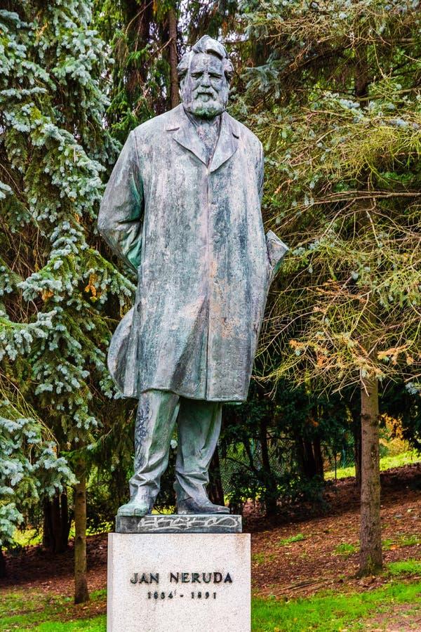 Estátua de Jan Neruda em Praga, República Checa imagem de stock royalty free