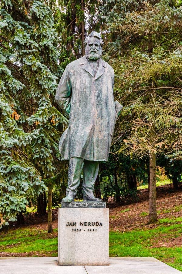 Estátua de Jan Neruda em Praga, República Checa fotografia de stock royalty free
