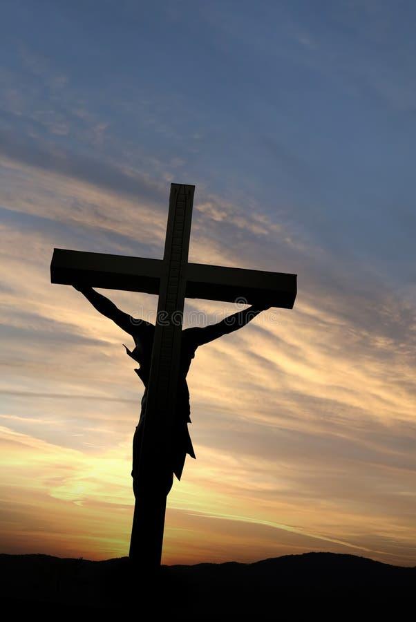 Estátua de Jesus Christ sobre nuvens ensolaradas originais foto de stock
