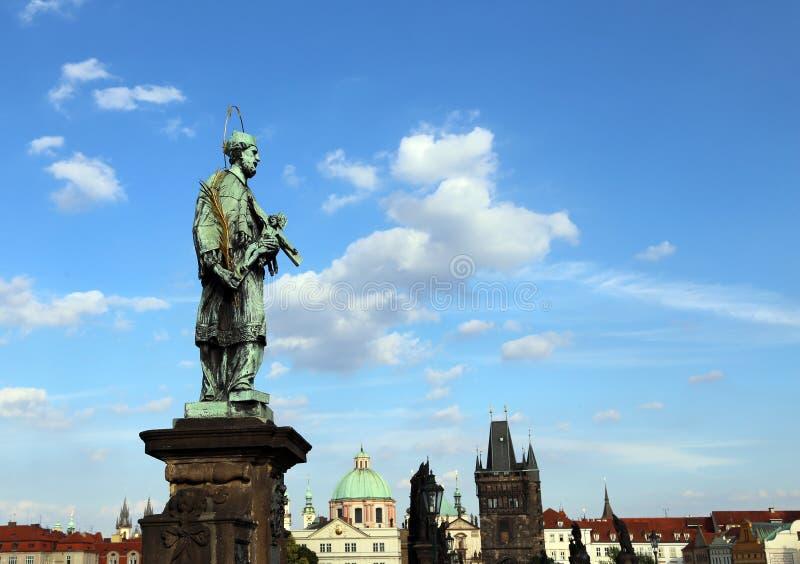 Estátua de John Nepomucene em Charles Bridge foto de stock royalty free
