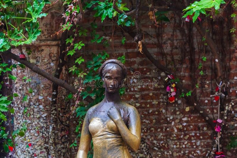 Estátua de Juliet em seu quintal da casa em Verona Italy fotos de stock