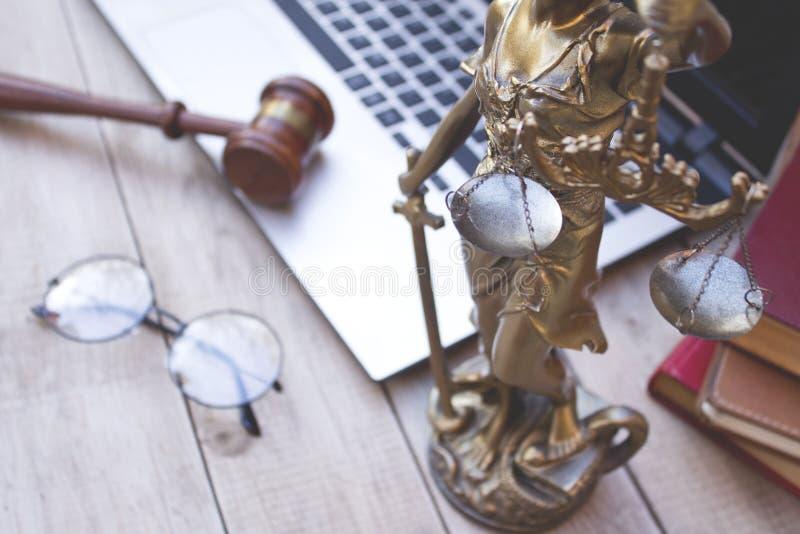 Estátua de justiça, do martelo do juiz e do portátil fotos de stock
