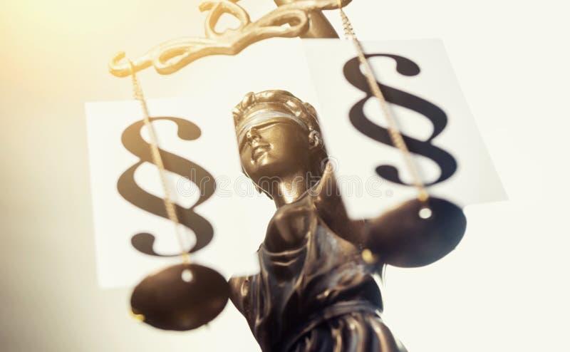 A estátua de justiça - Justitia a deusa romana de justiça/ fotografia de stock royalty free
