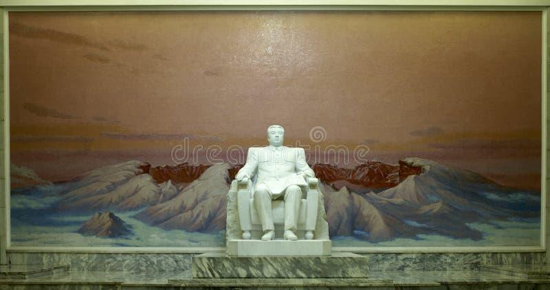 Estátua de Kim Il Sung na casa grande do estudo do ` s dos povos fotos de stock royalty free