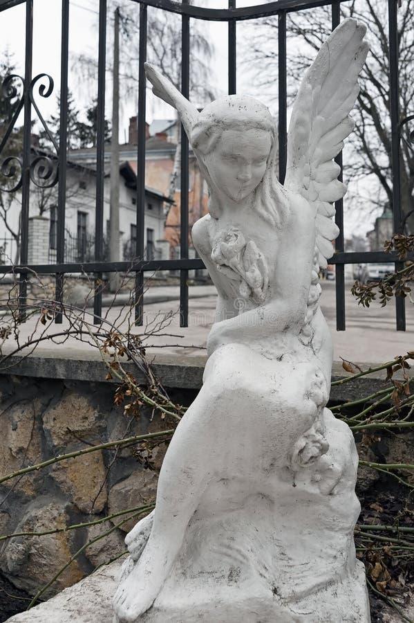 Estátua de lamentação do anjo em Ternopil, Ucrânia fotografia de stock royalty free