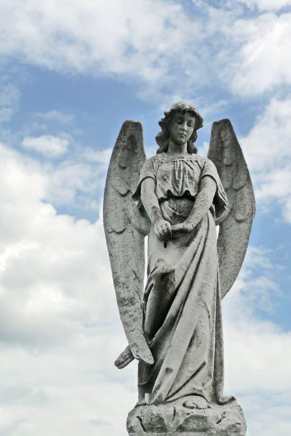 estátua de lamentação do cemitério do anjo do 19o século imagem de stock