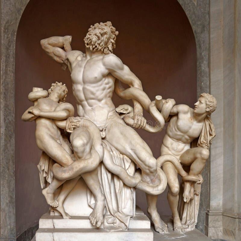 A estátua de Laocoon e seus filhos nos museus do Vaticano foto de stock
